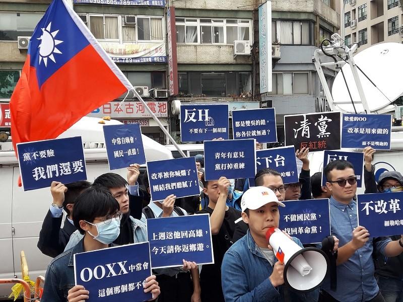 曾任國民黨青年團總團長的林家興(前排中)等人串聯青年行動,15日在中央黨部前廣場公布「解嚴世代革命宣言」,向黨中央提出革新訴求。中央社
