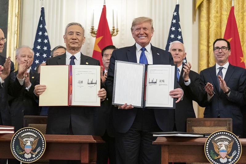 美國總統川普(右) 15日在白宮與中國國務院副總理劉鶴(左) 共同簽署歷史性的貿易協議 (圖/白宮推特)