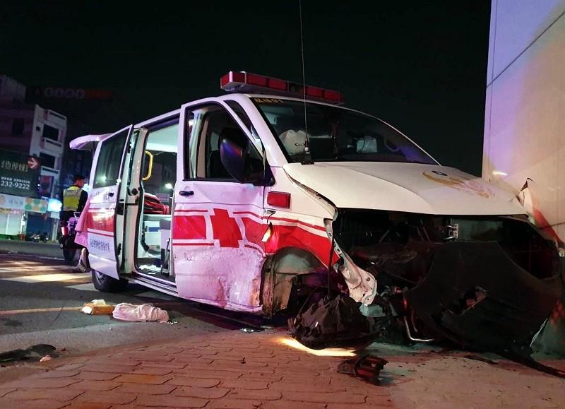 救護車車門凹陷、右前輪掉落。(中央社)