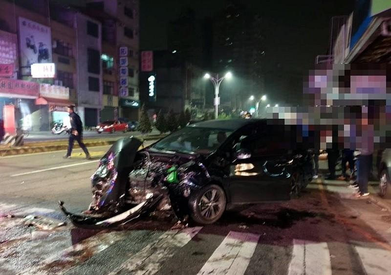 自小客車頭全毀。(嘉義市消防局提供)中央社