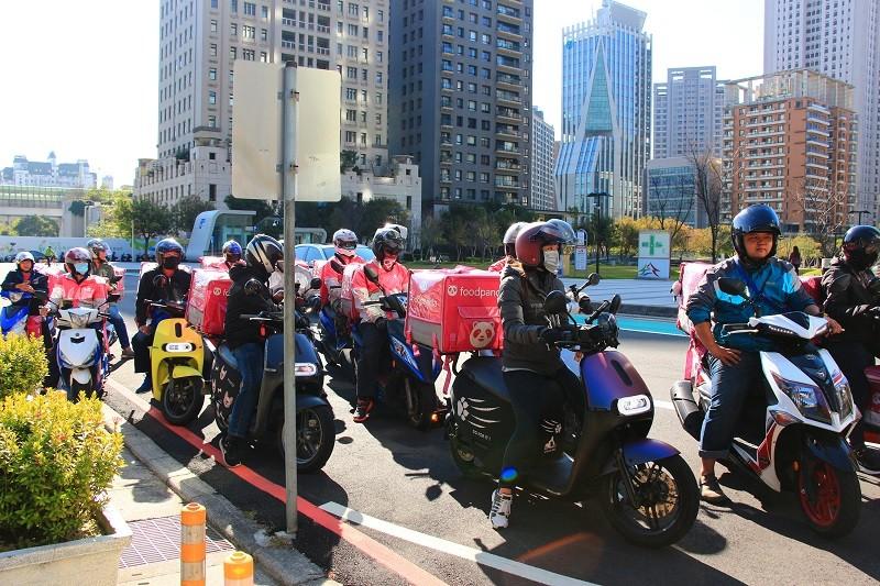 50多名foodpanda外送員16日騎乘外送機車,在台中市政府旁府會園道繞行表達心聲。中央社