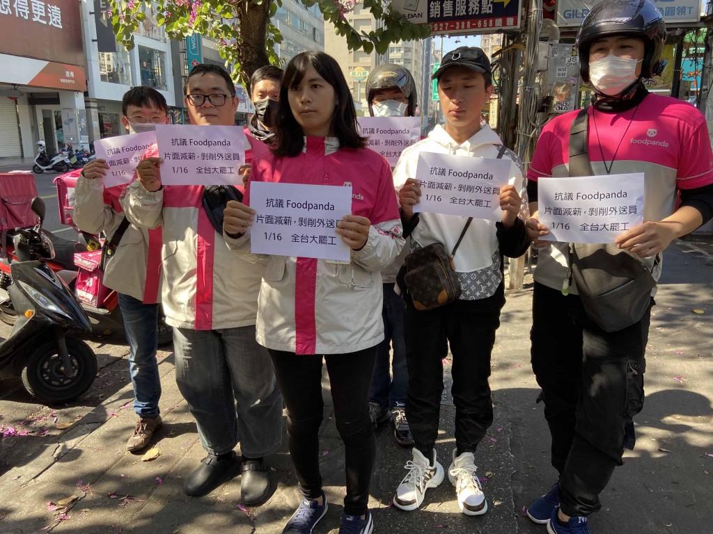 高雄16日也有約10名外送員在瑞豐夜市前機車停車格集結,高喊「抗議foodpanda片面減薪,剝削外送員」並罷送表達不滿。中央社