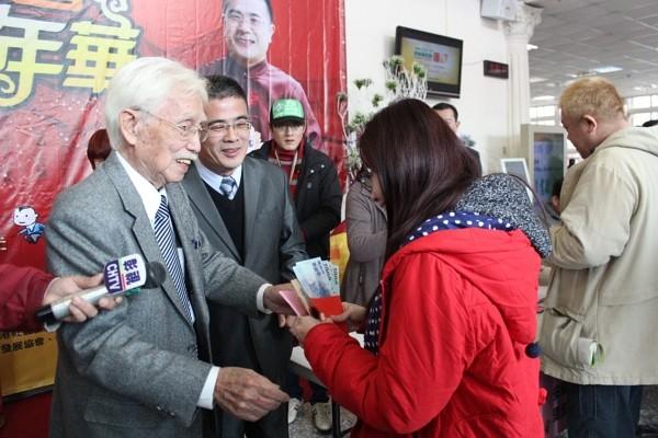 Koo Kwang-ming gives red envelops to disadvantaged families in Lukang. (Facebook photo)
