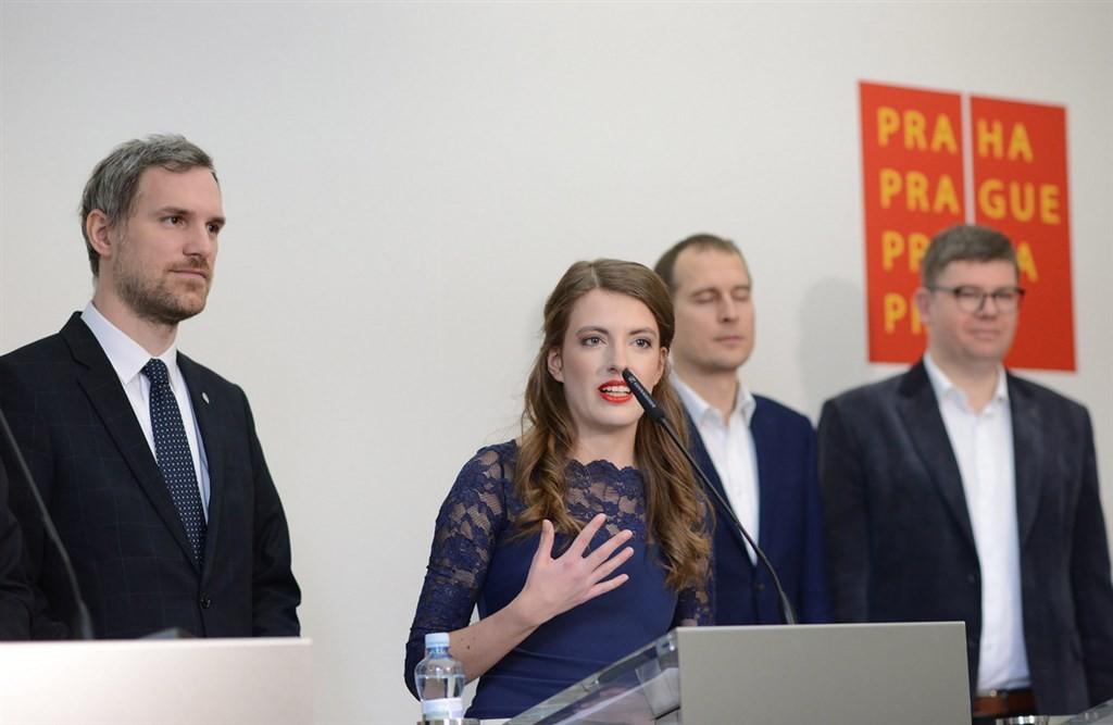 布拉格市議員克勞斯娃(中)在海盜黨的中國政策扮演重要角色。(捷克海盜黨提供/ 中央社)