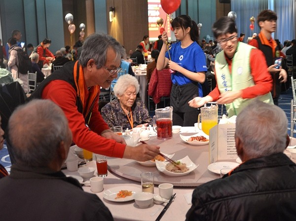 Taipower arranges charity luncheon for solitary elderly in Penghu.