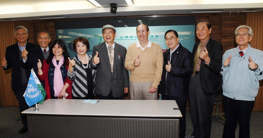 Ex-Defense Minister Michael Tsai (center, with cap) with activists for Taiwan's UN membership.