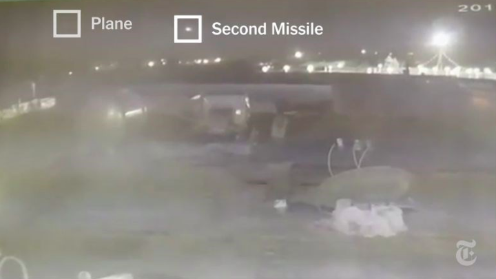 「紐約時報」14日報導,新的監視影像顯示,飛機從德黑蘭機場起飛幾分鐘後遭一枚飛彈擊中,約23秒後又遭另一枚飛彈攻擊(圖取自紐約時報網頁ny...