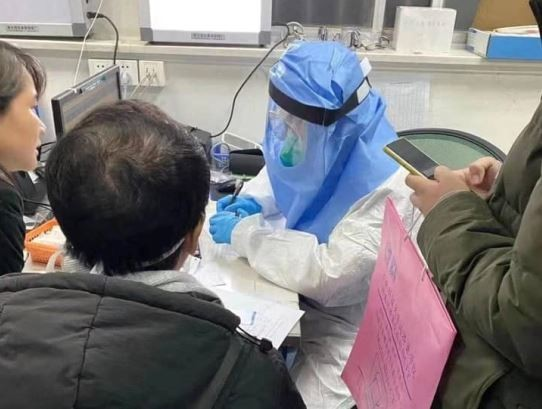A doctor at Wuhan Tongji hospital deals with individuals who may have contracted 2019-nCoV pneumonia. (Weibo photo)