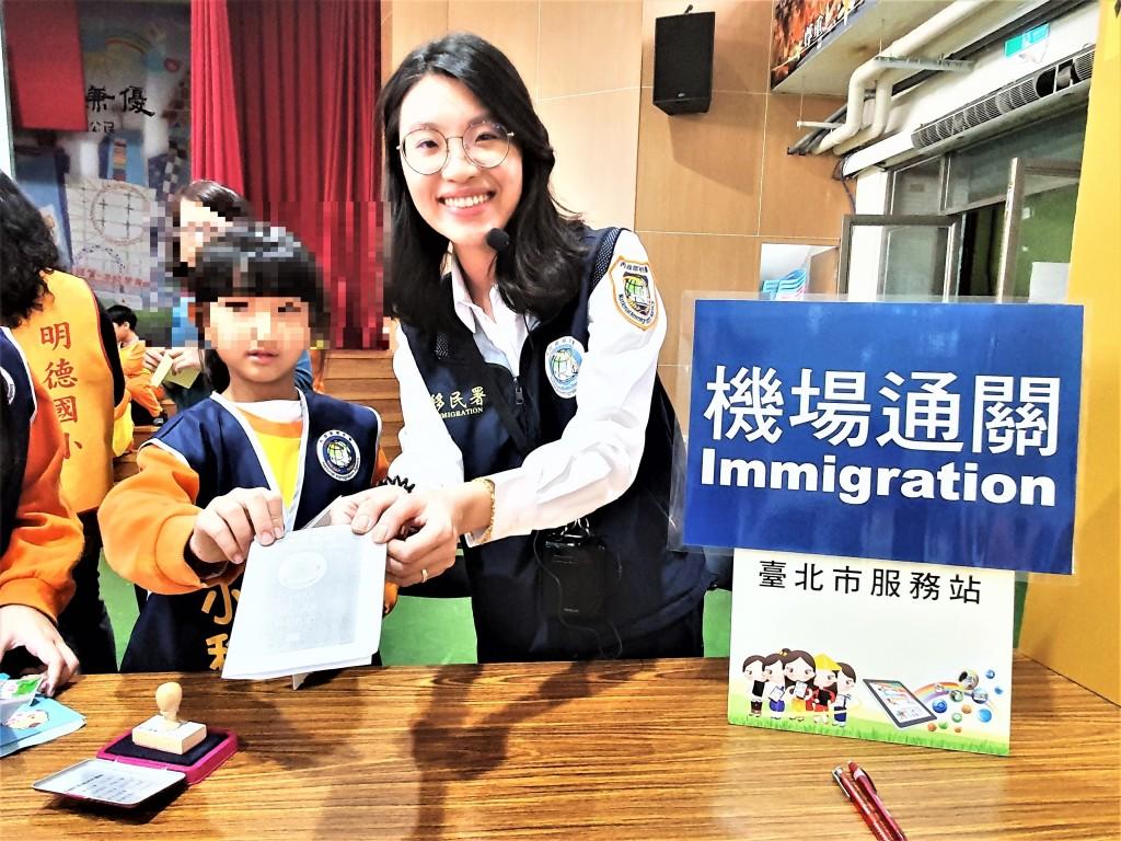 (說明:移民官張瓈云(右)分享機場服務經驗。(移民署臺北市服務站提供))