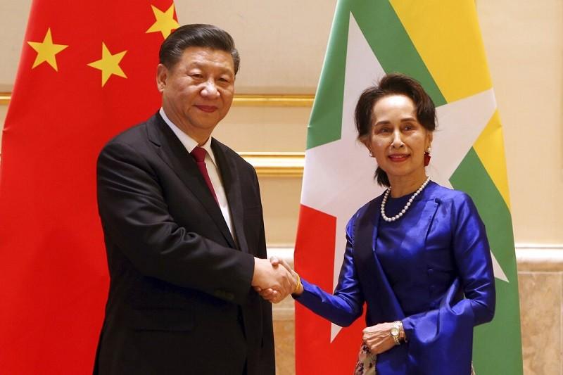 赴緬甸訪問的習近平(左) , 17日與該國領導人翁山蘇姬(右) 會面(美聯社)