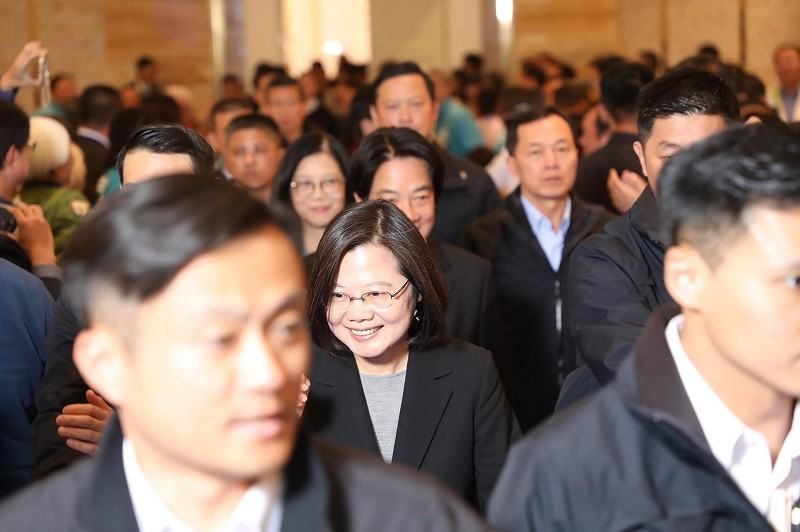 總統蔡英文(中)與準副總統賴清德19日出席高雄餐會, 向高屏地區總統、立委競選團隊謝票。中央社