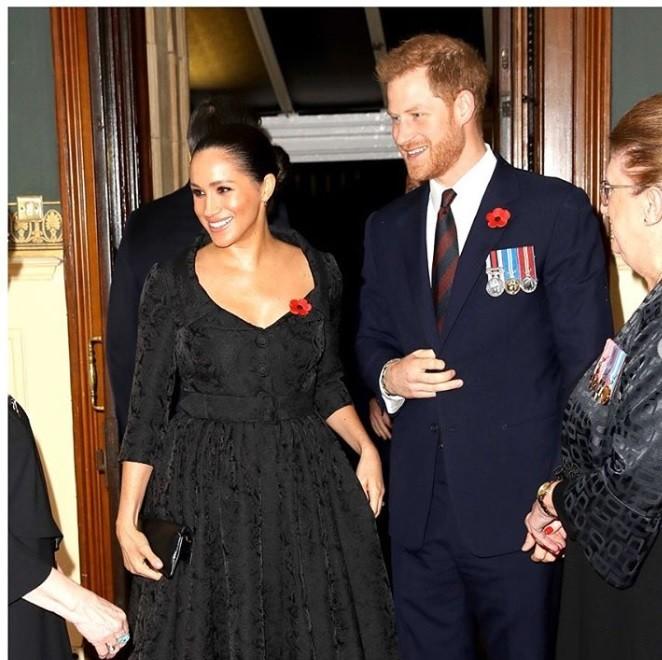 梅根(左)與哈利決定擺脫英國王室的束縛 (圖/sussexroyal 官方IG)
