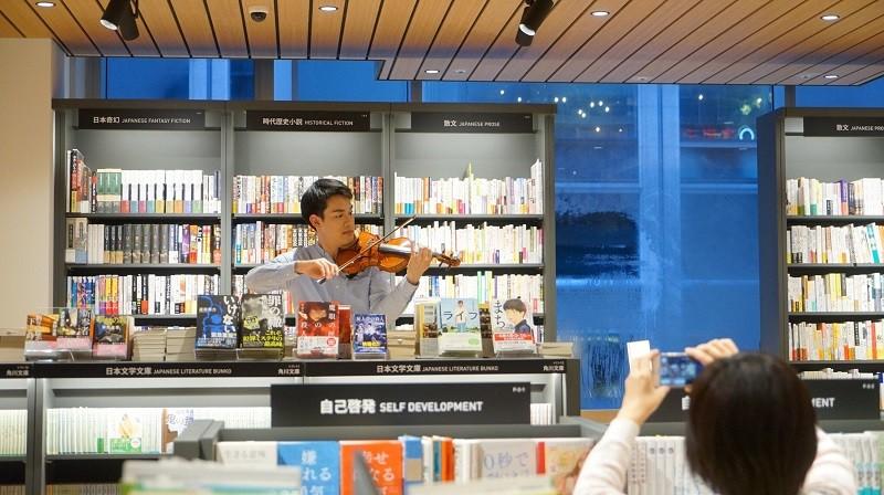 小提琴家林品任18日在位於東京的誠品生活日本橋進行快閃演出。(NSO提供)中央社