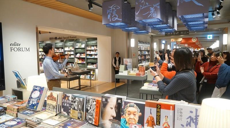 林品任18日的快閃表演, 吸引誠品生活日本橋許多顧客駐足聆聽 (中央社)