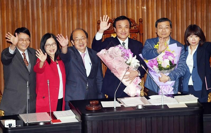 立法院長蘇嘉全(右3)與秘書長林志嘉(左)20日在立院主持最後一場議事後,接受獻花並揮手向場內立委與媒體致意。中央社