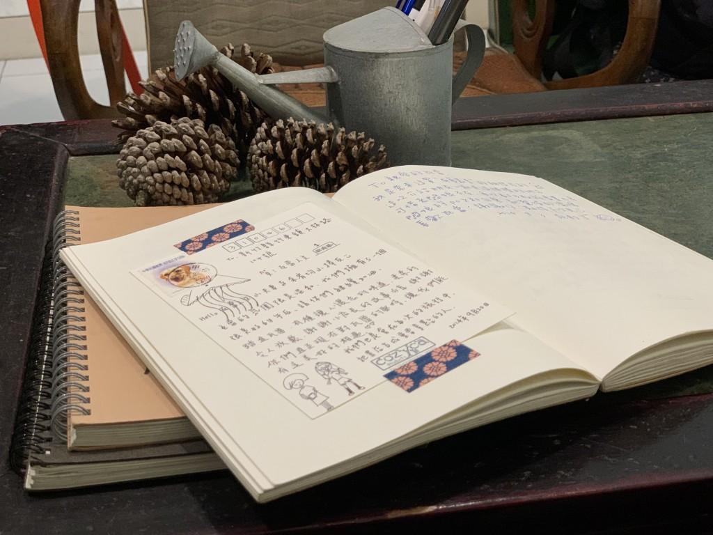 客人寄明信片到瓦當人文書屋,表達出書店溫和氛圍令人 感到很放鬆。