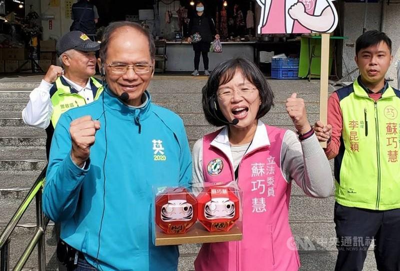 游錫堃(前左)選前曾致贈「必勝達摩」給尋求立委連任的蘇貞昌之女蘇巧慧(前右),預祝她高票當選。中央社