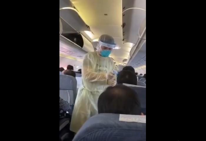 Technician screening passenger. (Weibo screenshot)