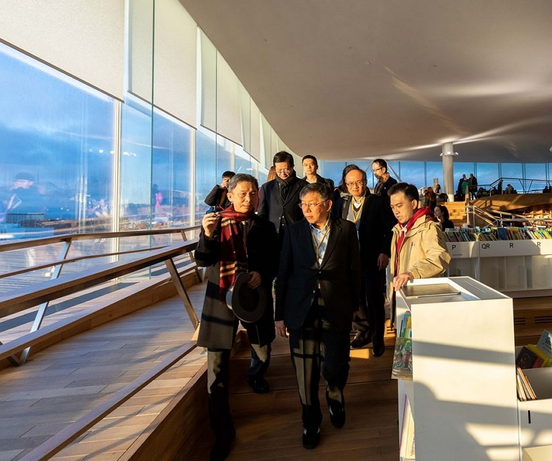 Ko Wen-je (center) on European visit (Facebook photo)