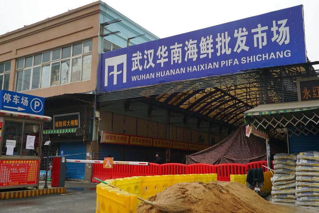 圖為最初爆發2019新型冠狀病毒肺炎疫情的華南海鮮城。(圖/美聯社)