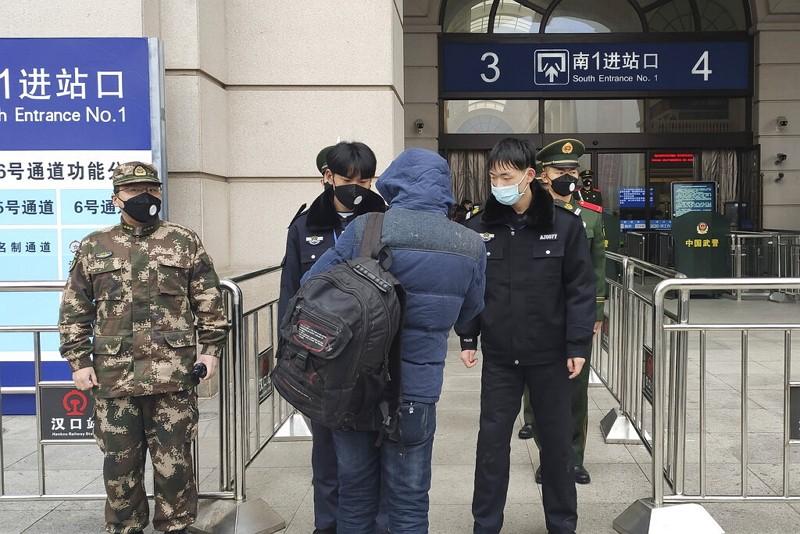 武漢市漢口車站體溫檢疫(美聯社)