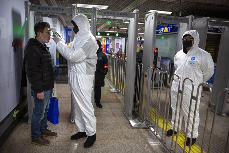 北京地鐵體溫檢查站(美聯社)