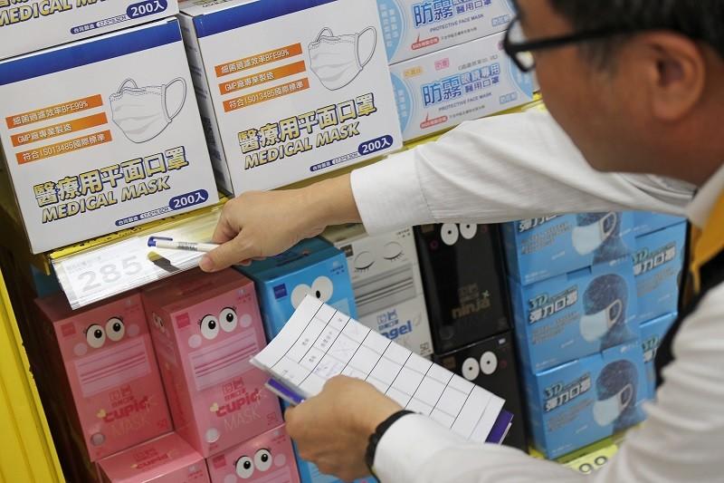 圖為行政院消保處與公平交易委員會,22日派 員走訪台北各大賣場,了解口罩價格與銷售情況。中央社