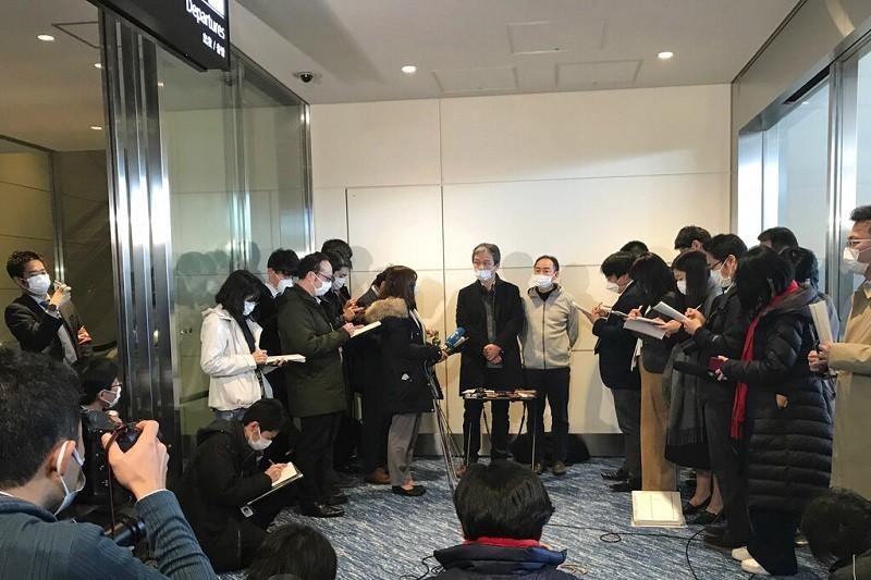 兩位從武漢返國的日僑, 在羽田機場接受媒體訪問 (美聯社)