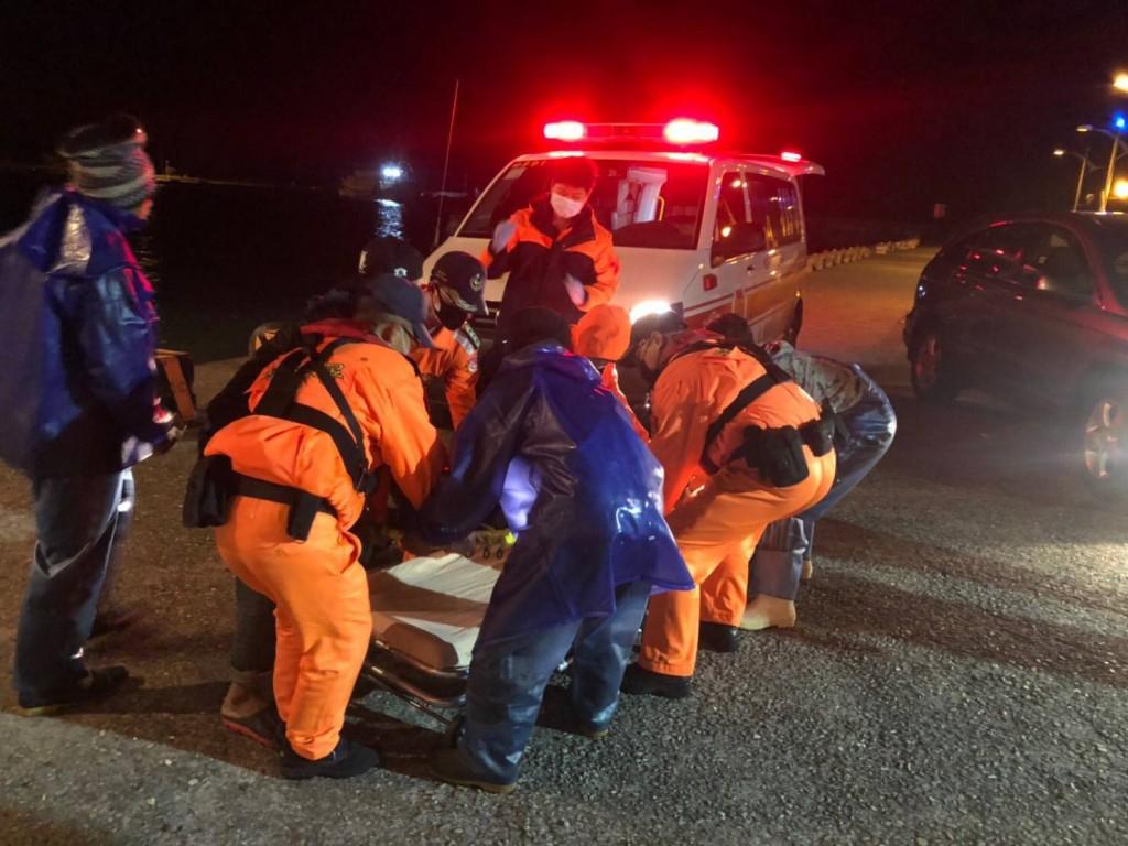印尼籍漁工出海作業不慎受傷,海巡署緊急救援不分國籍。(照片來源:海巡署)