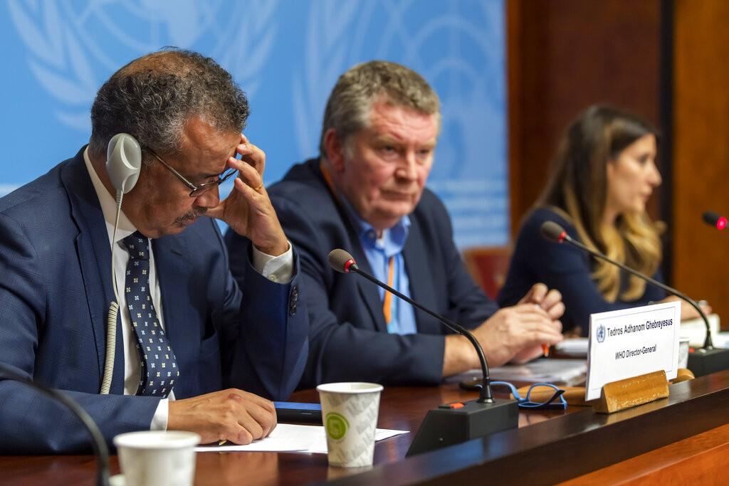 圖左為WHO世界衛生組織秘書長譚德塞(美聯社)