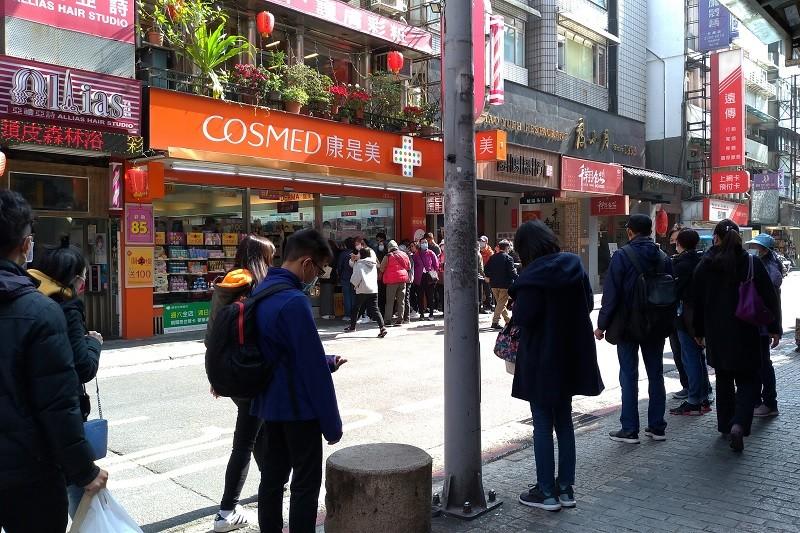 一家藥妝店外今天(31日)有大批消費者排隊, 等著買口罩(圖/台灣英文新聞•宇妍攝影)