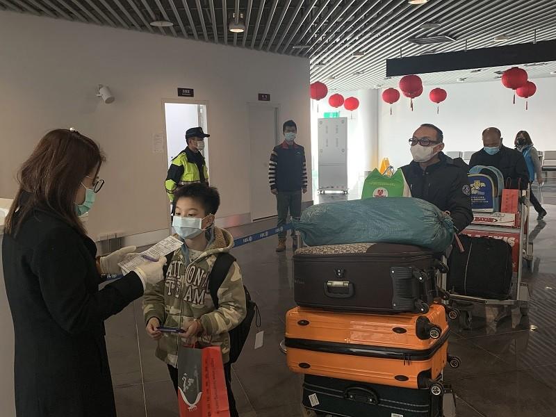 馬祖小三通航班將自2月2日起減半,小三通邊關也持續加強人員進出管制與健康狀況篩檢。 中央社