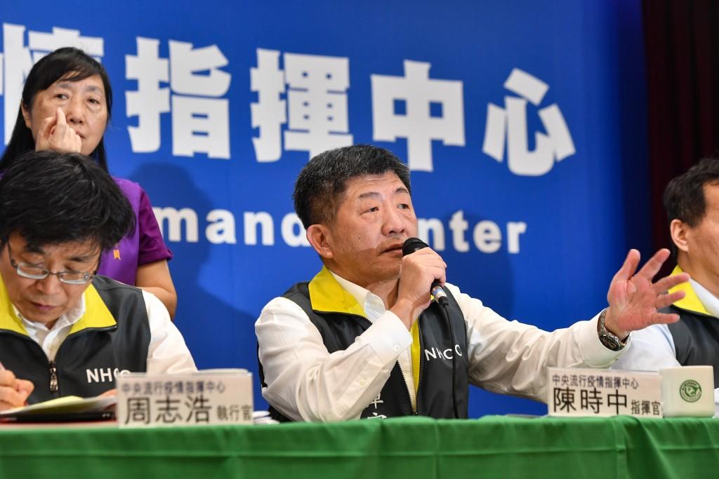 中央流行疫情指揮中心6日舉行記者會,指揮官陳時中(前左2)宣布,國內新增2例境外移入病例。