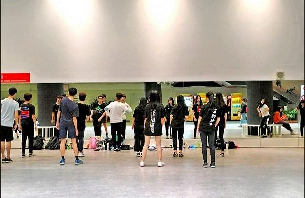 Student dancers dance in MRT Shuanglian station underpass. (Youtube screenshot)