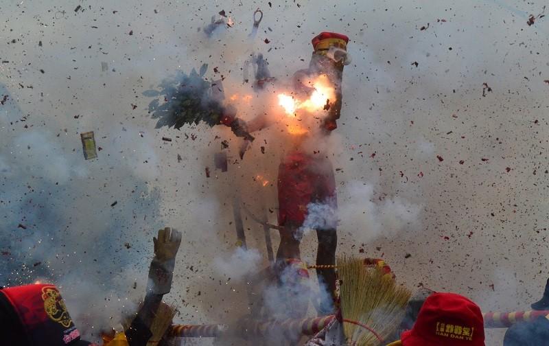 8日上午邯鄲堂的肉身邯鄲爺,率先在台東市志航路開炸,吸引數百遊客圍觀。中央社