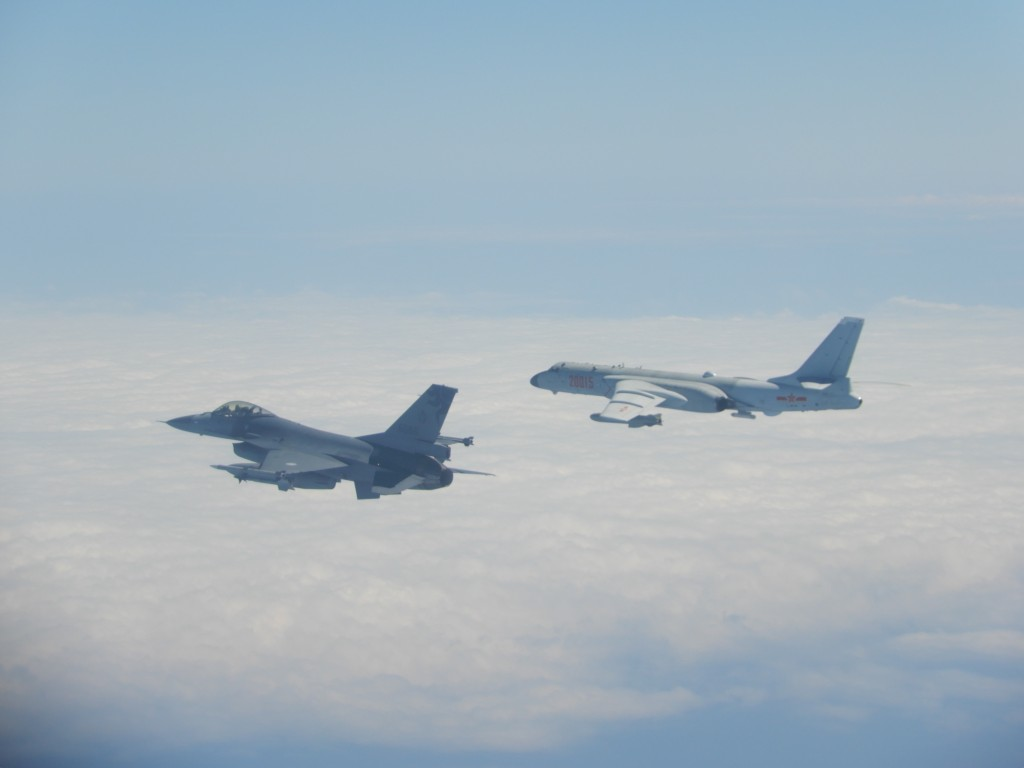 Taiwan's F-16 fighter and China'sXian H-6 jet bomber. (MOND photo)