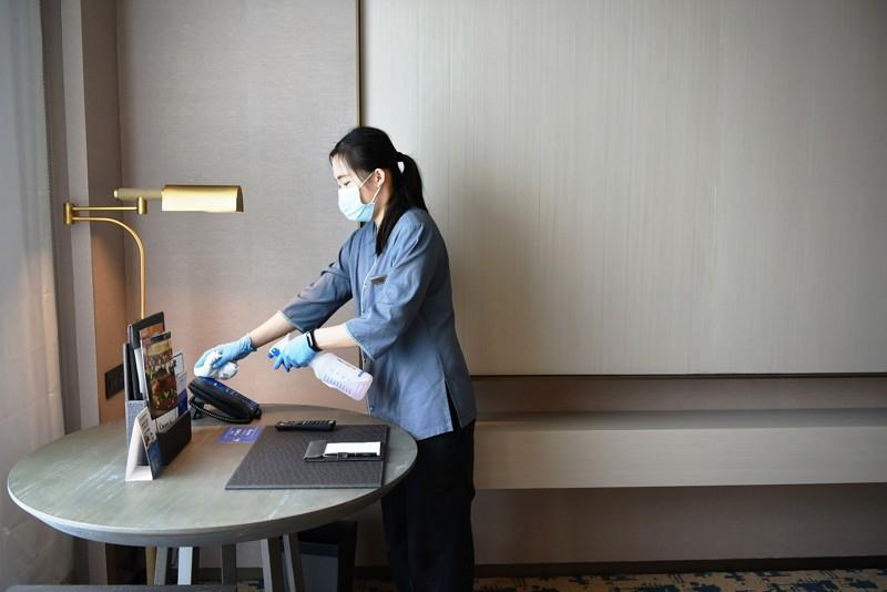 Hotel worker sanitizes room. (THSR photo)
