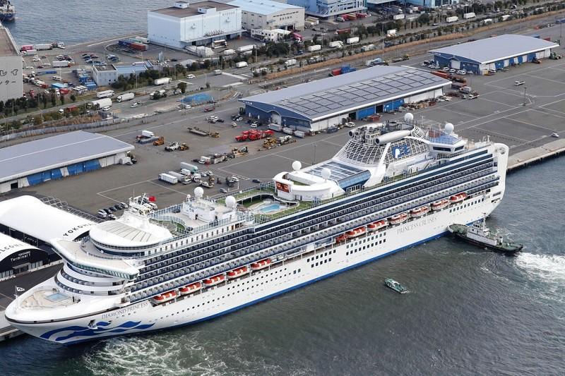 停靠在日本橫濱港的鑽石公主號, 有3600人在船上接受隔離, 整艘船形同武漢肺炎疫區 (美聯社)