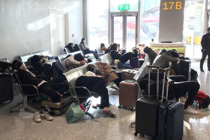 滯留的台灣民眾被迫在菲律賓的機場過夜,11日上午再搭機返台。(旅客提供)中央社記者
