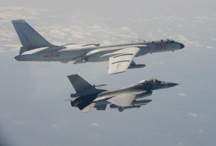中國解放軍9日、10日24小時內兩度派出戰機擾台。圖為國軍F-16戰機10日掛載實彈監控共軍轟6。(國防部提供中央社)