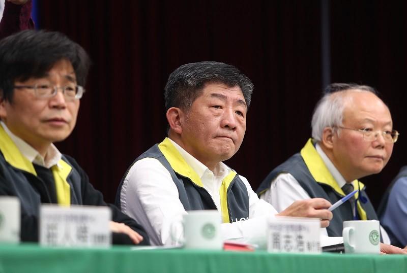 中央流行疫情指揮中心指揮官陳時中(中),12日下午在記者會宣布,撤回陸委會所有關於陸配子女入境規定。中央社