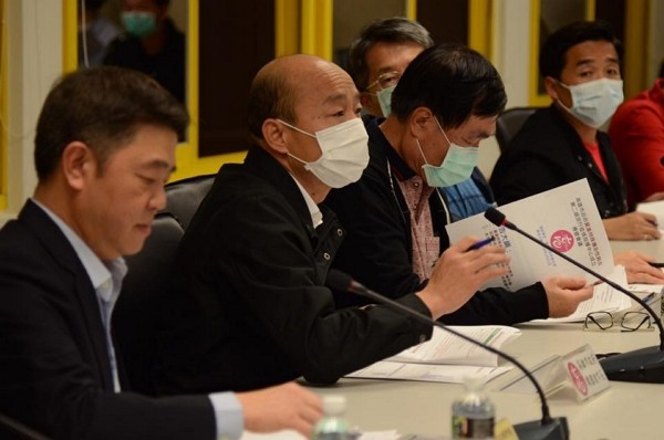 Han Kuo-yu (second from left) requests help from central government for coronavirus prevention. (Facebook photo)
