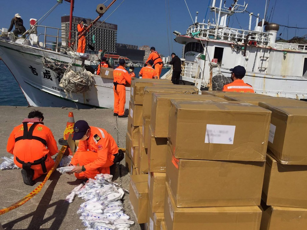 Coast Guard officers seize smuggled load of face masks on Penghu-registered fishing boat. (CGA photo)