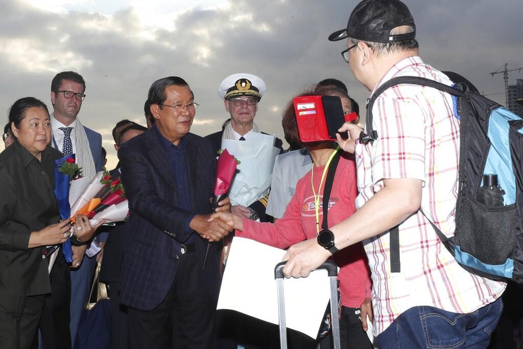 【武漢肺炎】海上漂泊兩週、威士特丹號乘客陸續下船 柬埔寨當局: 經檢測無人染病