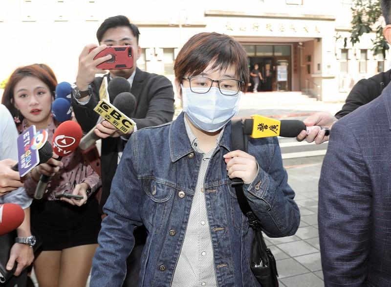 「卡神」楊蕙如14日戴著口罩, 在律師陪同下出庭 (中央社)