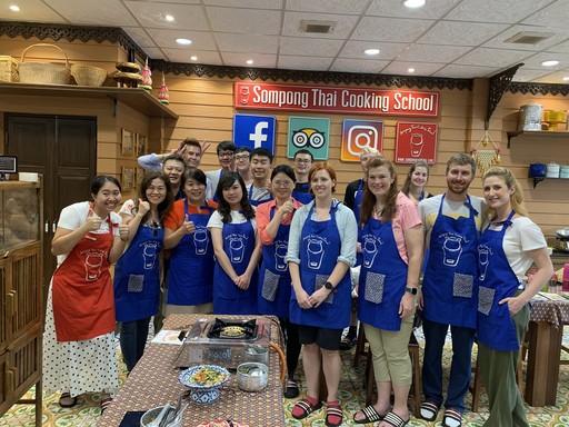 南華大學葉月嬌副教授帶領自然療癒碩士班修習「慢食與美食科學」的學生前往泰國進行移地教學,並至廚藝教室學習(翻攝自南華大學網站)