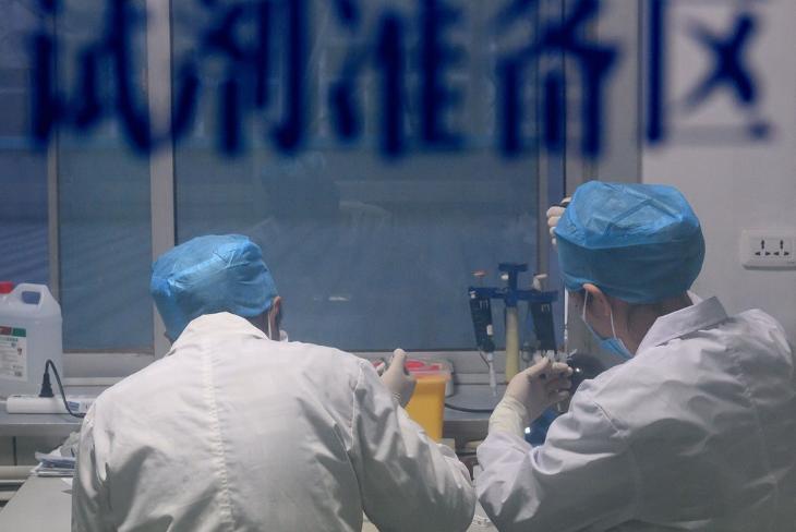 中國研製武漢肺炎病毒試劑盒,僅需採樣一滴血,15分鐘內可確診。圖為山西省太原市疾病预防控制中心工作人員進行核酸檢測。(中新社提供中央社)