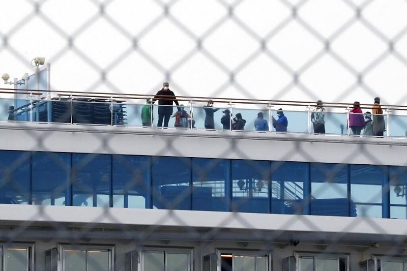 圖為14日遊客在甲板上活動的照片。「鑽石公主號」郵輪上,目前仍有超過3000人因檢疫而滯留在日本橫濱港的船上。美聯社