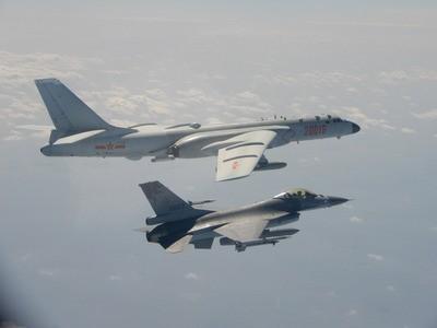 中共轟6等型軍機2月10日斷站逾越海峽中線,國軍F-16戰機掛載實彈監控(圖/ 中央社)