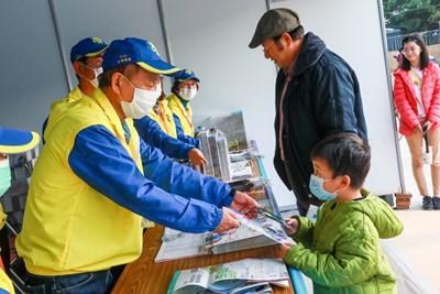 來自日本的草間先生熱愛臺灣,每年都會至少到臺一次,今年更擔任台灣燈會志工像日本朋友推廣臺灣。(照片來源:臺中市政府)